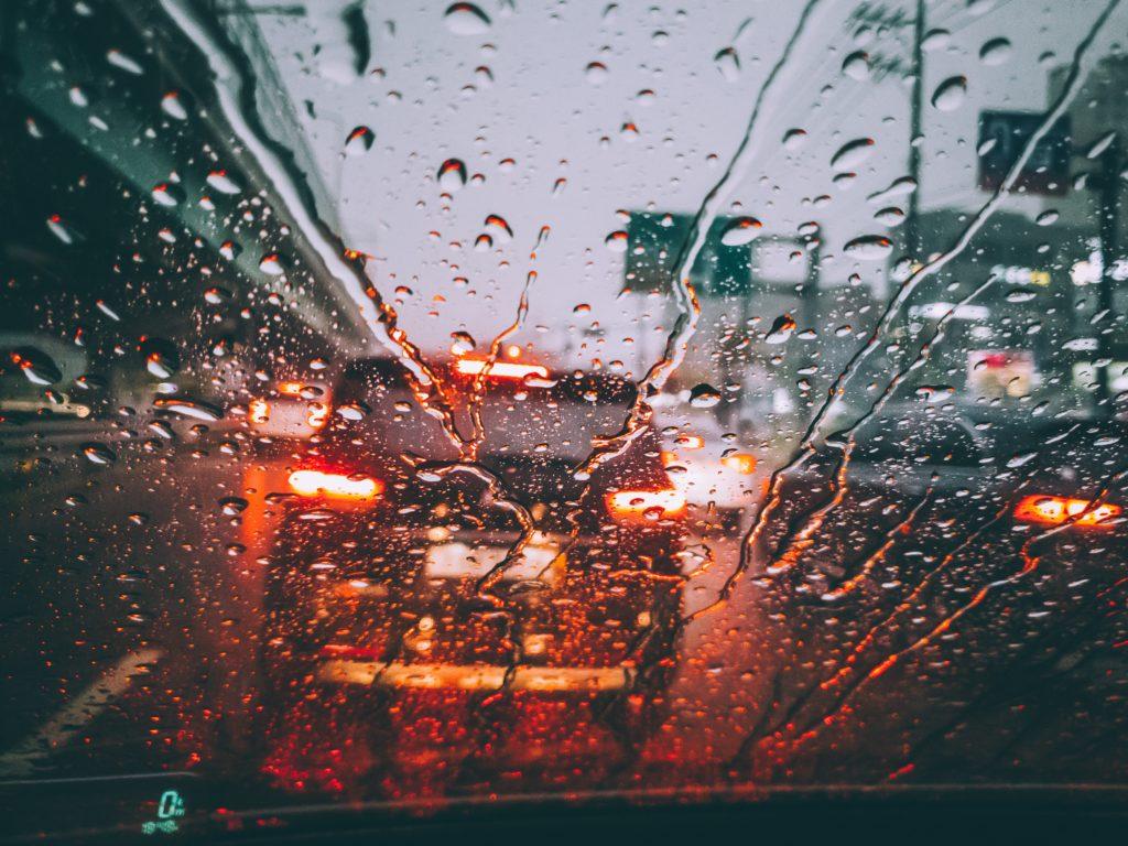 bild-på-bil-i -regn